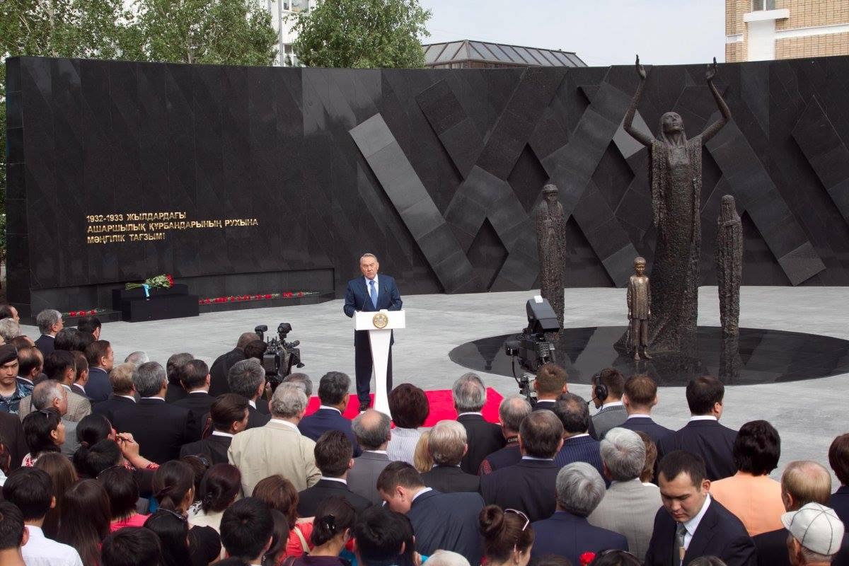 Назарбаєв виступає перед меморіалом, присвяченим Голодоморові 1932-1933 рр.