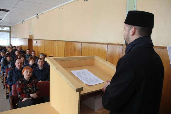 Член Общественного совета Ринат Хазрат выступает перед сотрудниками_