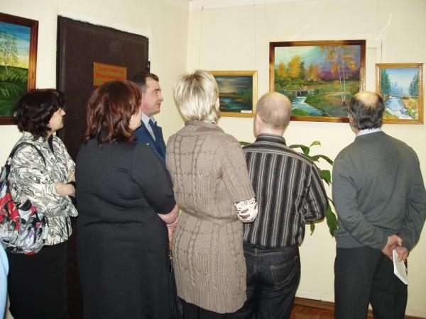 Гости выставки в ИК-5 оценивают картины осужденных
