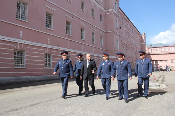 Сергей Рыбаков обходит территорию владимирского централа