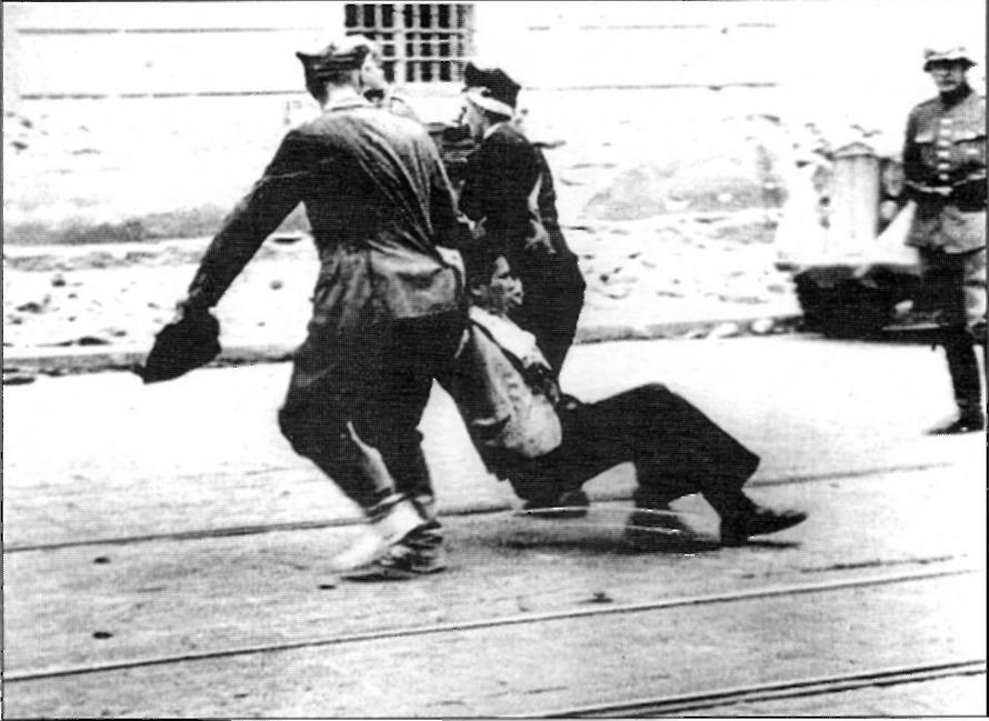 Львов погром полицаи тащат еврея