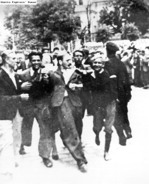 Львов Погром - полицай (справа)