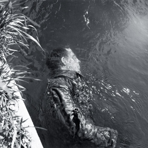 дахау - мертсвый эсесовец в канаве