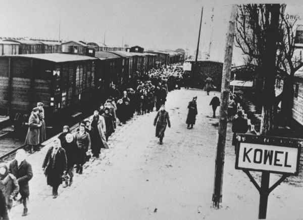 Перегрузка угоняемых советских граждан на принудительные работы в Германию. Ковель. 1942-43 Фото мин-ва пропаганды
