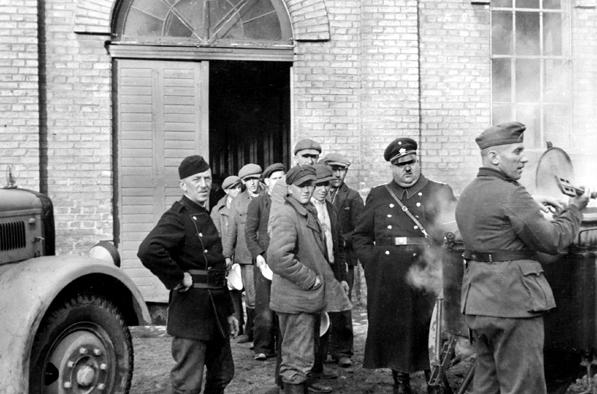 Essensausgabe an russische bzw. ukrainische Zwangsarbeiter in Ingolstadt