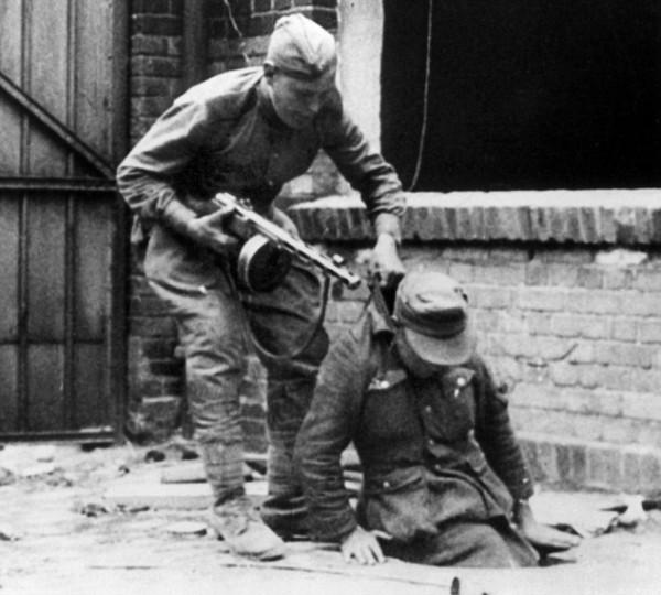 немца вытаскивают наружу