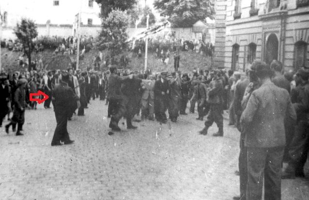 Львов Погром арест евреев (полицай с повязкой слева)+стрелка