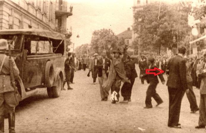 Еврее арестовывают на улице (Яд-Вашем)+стрелка