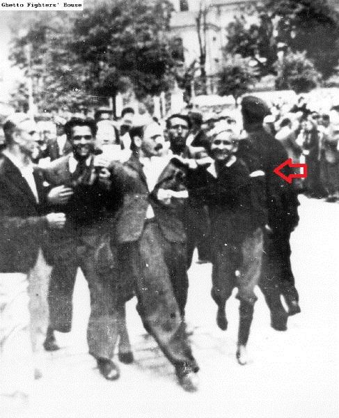 Львов Погром - полицай (справа)+ стрелка