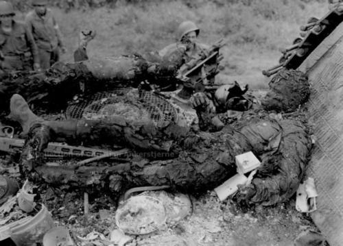 немец убитый на сгоревшем танке (с самолета)