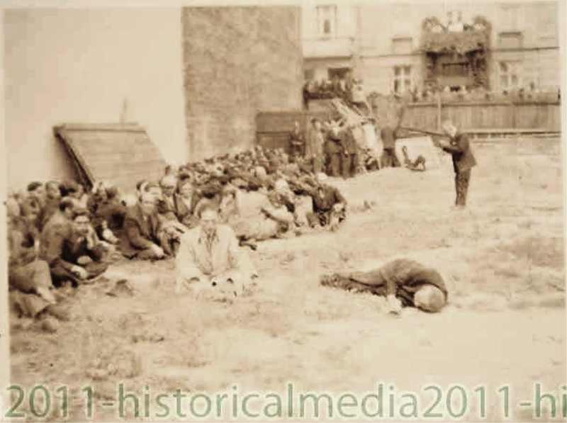 Львов - евреи во дворе  тюрьмы