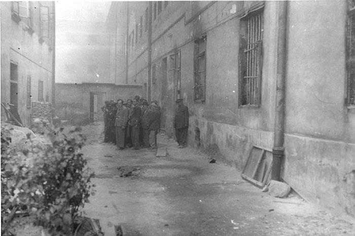 Евреи во дворе тюрьмы перед расстрелом (Яд Вашем )