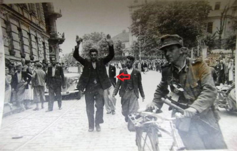 Полицай и еврей с поднятыми руками+стрелка