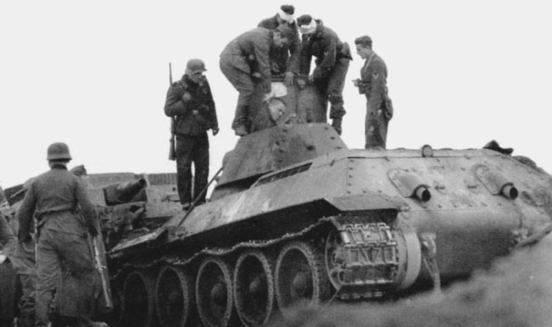 18.10.1941 немцы вскрывают танк л-та Лущенко после тарана-3 (21 тб)