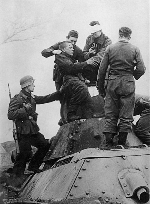 18.10.1941 немцы вскрывают танк л-та Лущенко после тарана-2