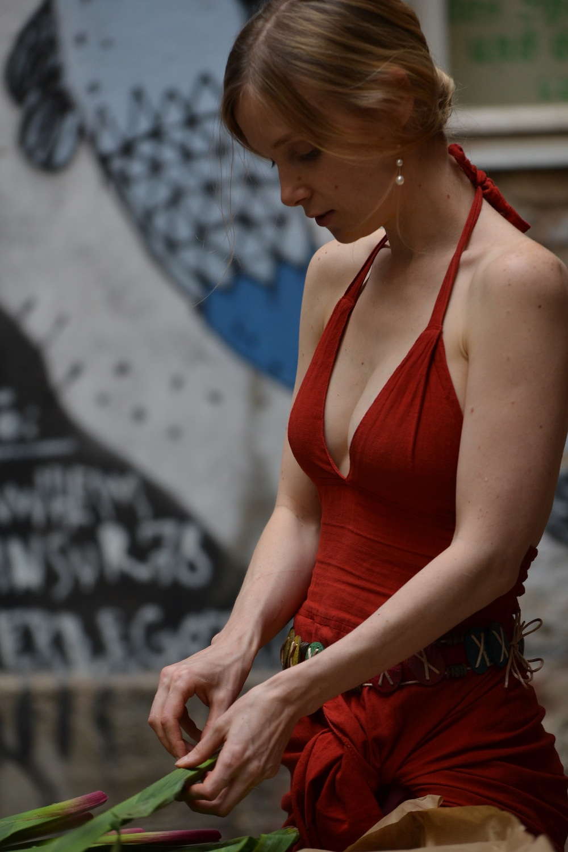 Рыжая в красном платье фото 9 фотография