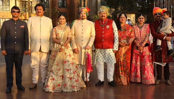 Индийская свадьба: Состоялась помолвка принцессы из королевской семьи Рева engagement-14-family