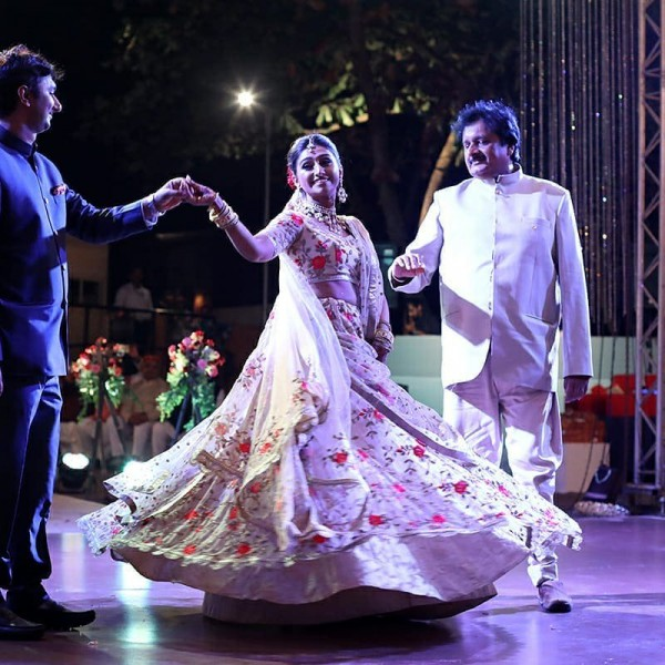 Индийская свадьба: Состоялась помолвка принцессы из королевской семьи Рева engagement-17-bride+bro+father