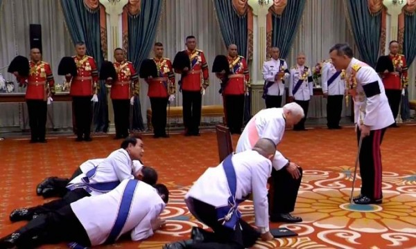 маха-аристократы-на-коленях