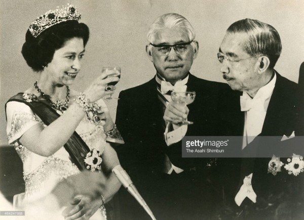 1975_Queen Elizabeth II and Emperor Hirohito during the state dinner