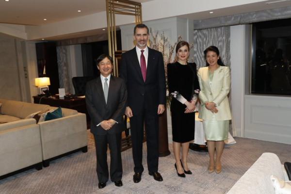 Король Испании связался с императором Японии по телефону