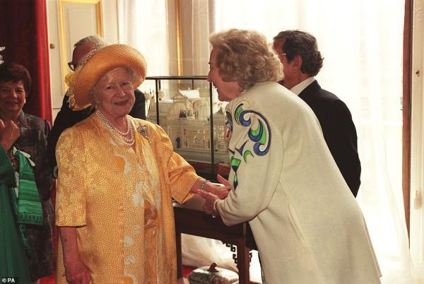 queen-elizabeth-&-dame-vera-lynn-3