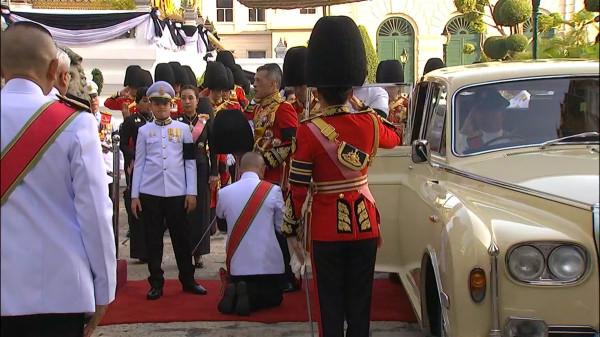 King Rama X arrives in a motorcade-001