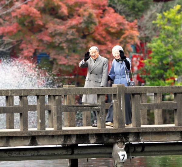 Император и императрица Японии осмотрели парк со 100-летней историей