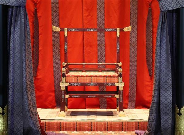 003-трон
