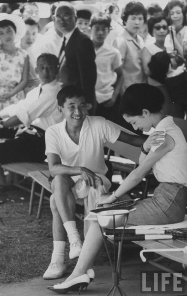 1964_CPr Akihito and Pss Michiko at tennis match