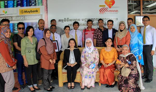 Malaysian-Princess-visiting-silk-products-in-Cambodia