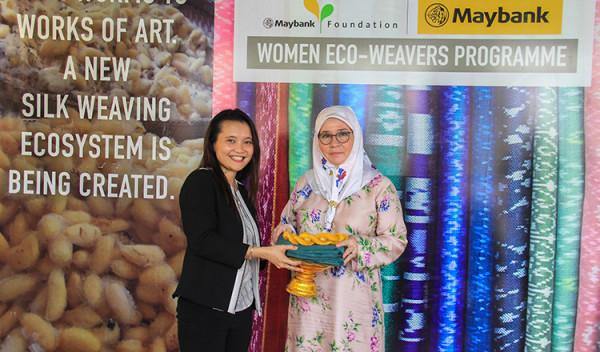 Malaysian-Princess-visiting-silk-products-in-Cambodia2