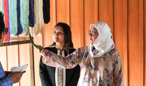 Malaysian-Princess-visiting-silk-products-in-Cambod3ia
