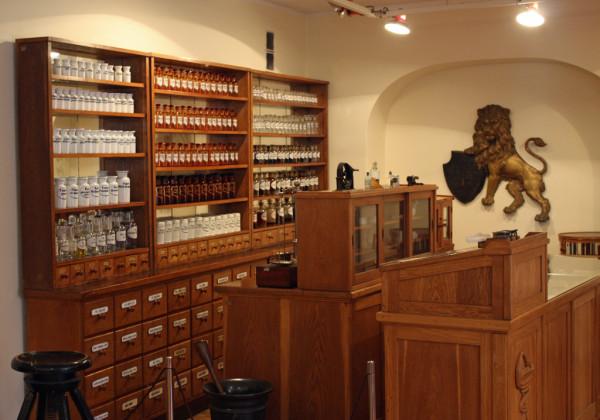 Торговый зал рижской аптеки начала 20 века