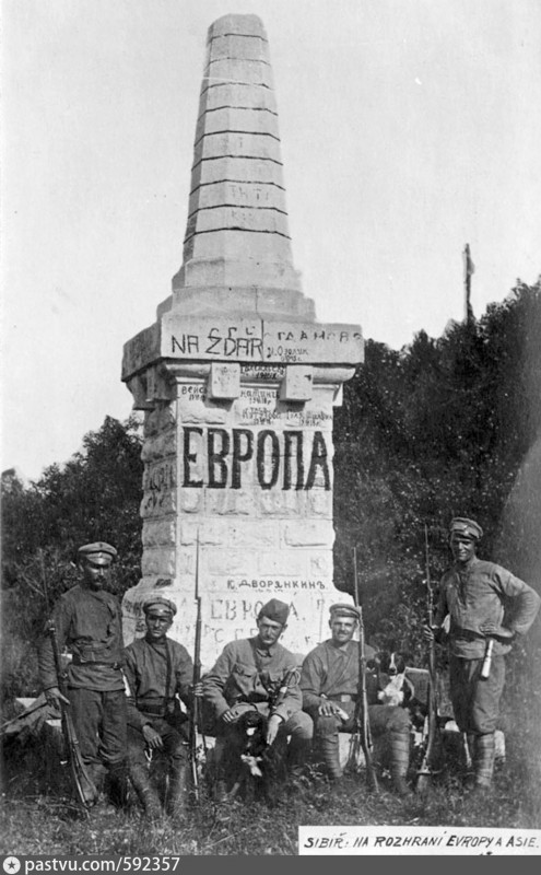 Солдаты чехословацкого корпуса у обелиска на границе Европа-Азия близ Златоуста