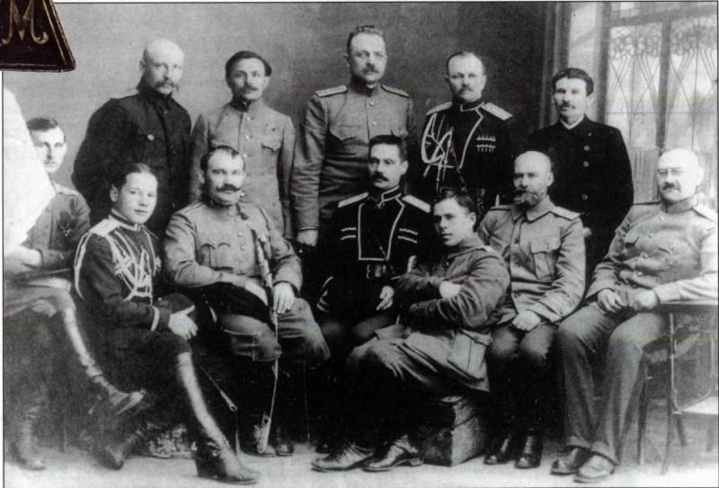 Г. М. Семёнов (сидит 3-й слева), атаман Сибирского казачьего войска П. П. Иванов-Ринов (сидит 4-й слева), И.Н.Красильников (сидит 2-й справа)