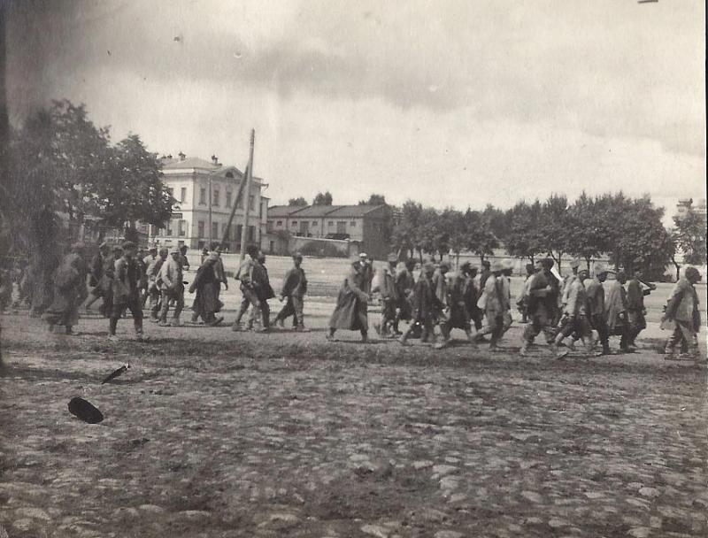 Пленные красноармейцы на Кафедральной площади Екатеринбурга