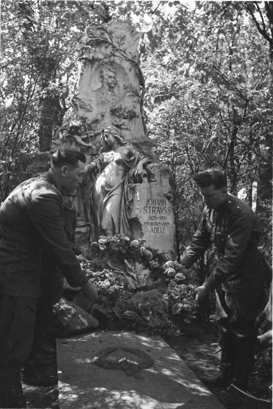 У могилы Штрауса
