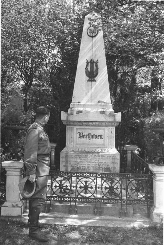 У могилы Бетховена