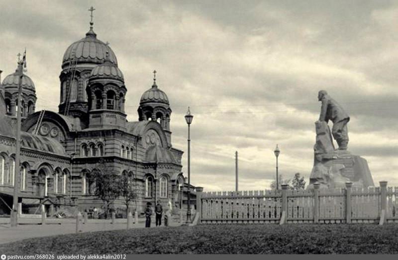 Лысьвенский чугунолитейный завод. Церковь и памятник графу П.Шувалову