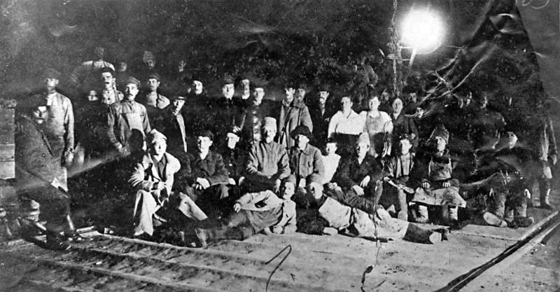 Пуск мартена №4 на Лысьвенском заводе. окт.1922 г. В центре в чёрной шляпе Г.М.Жданов