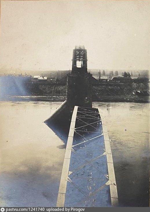 Разрушенный мост через реку Каму