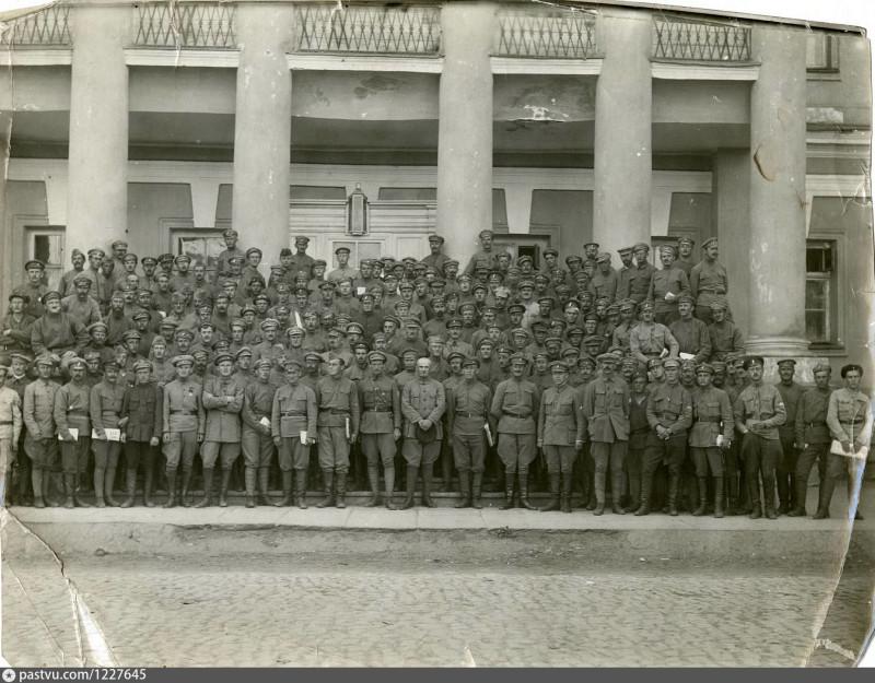 Белочехи у входа в 1-й Сибирский кадетский корпус