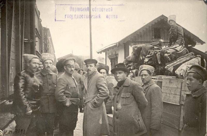 Поезд с подарками для красноармейцев на ст. Бисер Пермской железной дороги 02.11.1918.