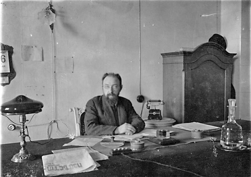 Владимир Дмитриевич Бонч-Бруевич в кабинете