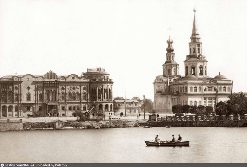 Екатеринбург. Окружной суд и Екатерининский собор