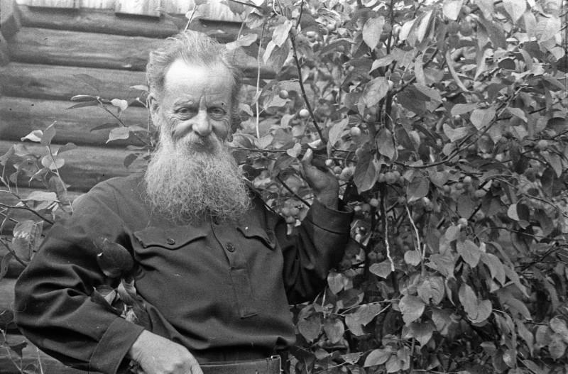 П.П.Бажов в своём саду