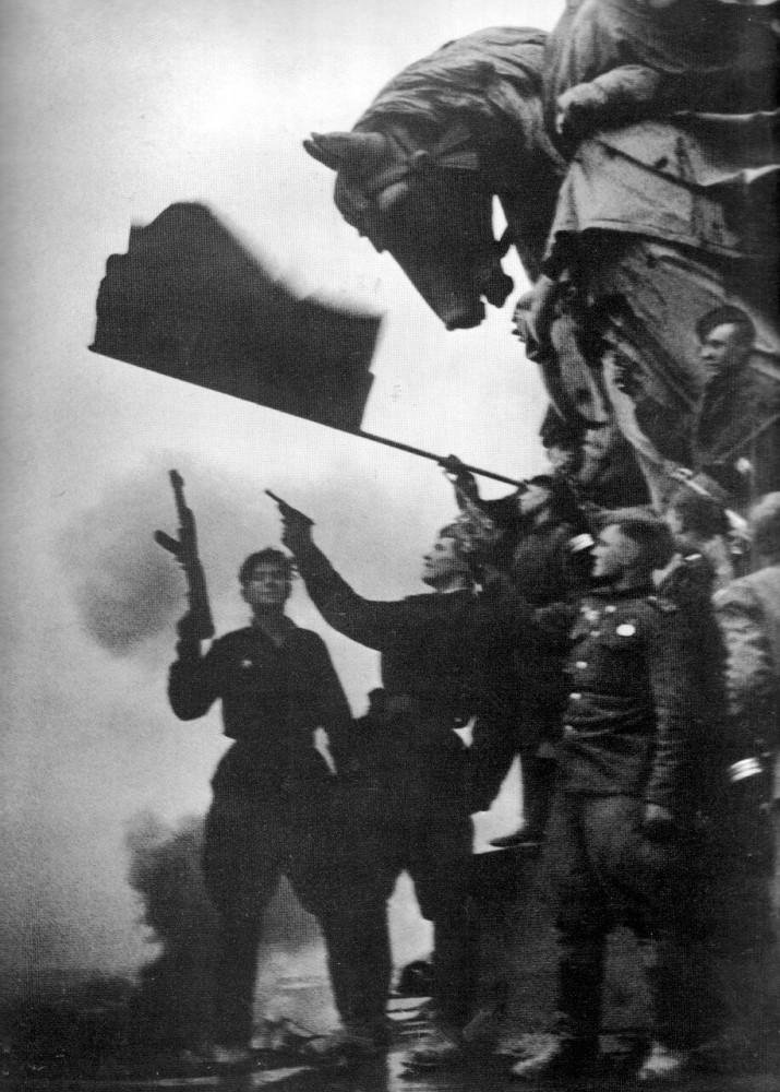 салюь в честь Победы на крыше Рейхстага