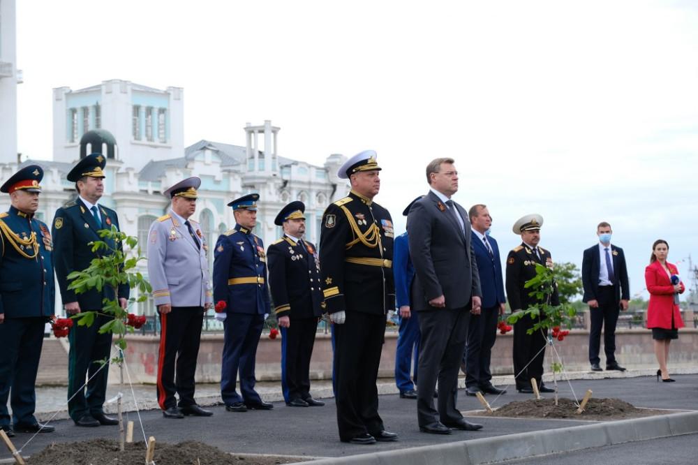 губернатор открывает памятник морякам