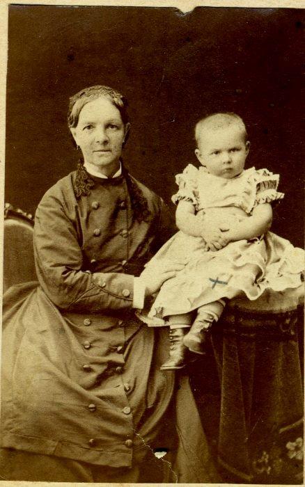 1875 год Елизавета Петровна Скворцова с внучкой Марией Ник Соболевой 1875
